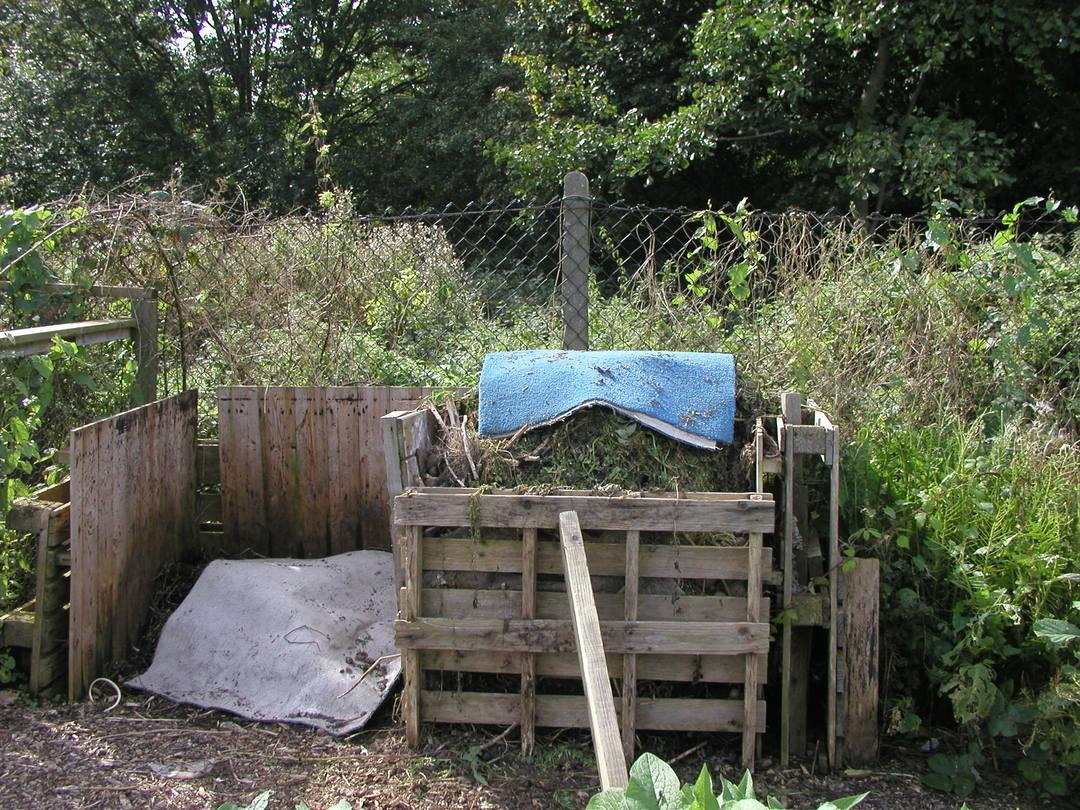 How long does it take to make garden compost bin from wooden pallets